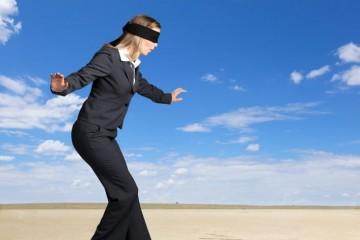Donna cammina alla cieca