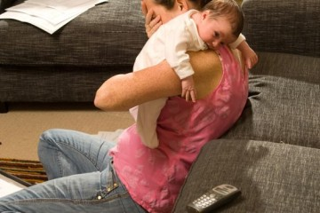 Donna depressa in lacrime con bebè