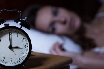 Sveglia e donna che non riesce a dormire